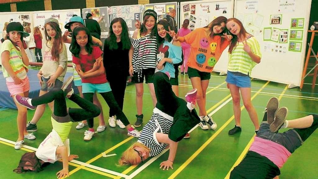 """In flippigen Outfits präsentierte sich am Samstag die Tanzgruppe in der Lennehalle. Katharina Krüger von der Tanzschule """"Chilelli"""" hatte ihre Schüler förmlich mitgerissen. Die Darbietungen konnten sich dann sehen lassen."""