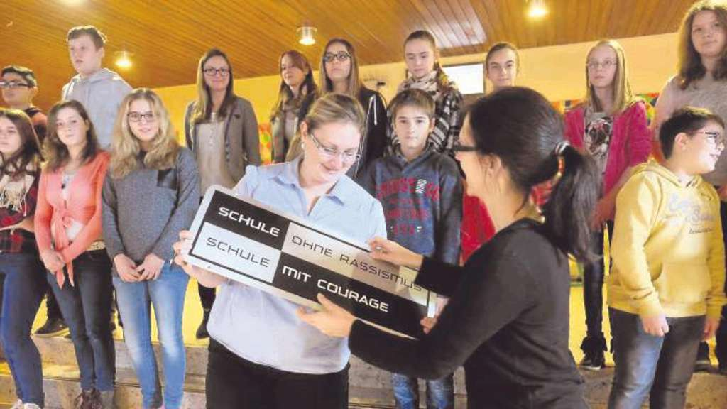 Julia Kilian (r.) von der NRW-Landeskoordination in Dortmund übergibt das SOR-Siegel an Beate Zajac als in der Sekundarschule verantwortliche Lehrerin. - Foto: Keim
